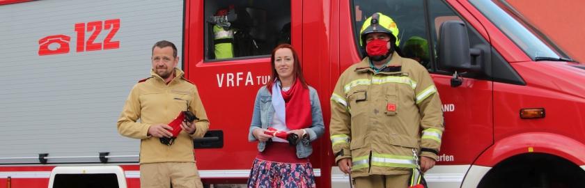 Pfarrwerfener Schneiderei spendet 50 wiederverwendbare Mund-Nasen-Schutzmasken an die Feuerwehr