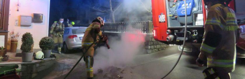 Brennende Mülltonne an Hausfassade