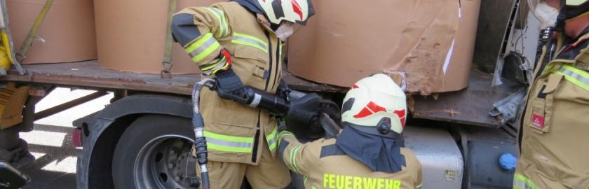 Verkehrsunfall mit zwei LKW und Lieferwagen, A10 Tauernautobahn, Fahrtrichtung Salzburg