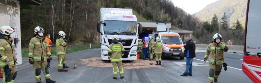 Große Menge Kraftstoff aus LKW-Tank ausgetreten
