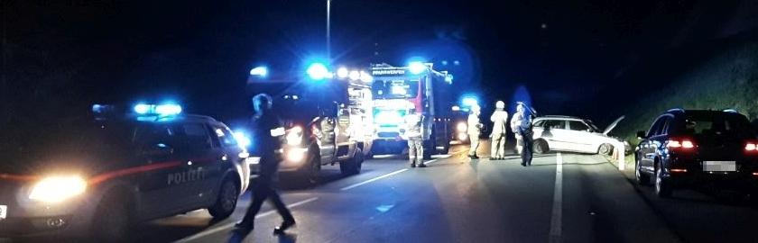 Aufräumarbeiten nach Verkehrsunfall auf B99