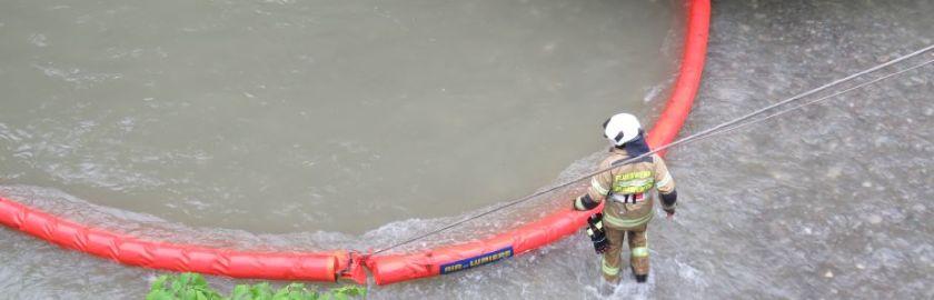 Öleinsatz auf Gewässer nach LKW-Unfall
