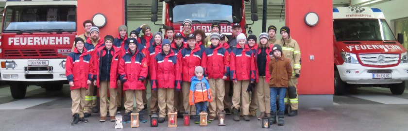 Feuerwehrjugend verteilt das Friedenslicht
